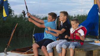 Pressbild - Göta kanal, fiskande barn