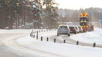 En sifoundersökning visar att 38 procent, har känt sig stressade i trafiken när de hamnat bakom ett fordon som snöröjer eller halkbekämpar. Foto: Henke Olofsson