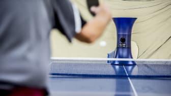 En bordtennisrobot är ny träningskompis hos spelarna i Storfors Bordtennisklubb.