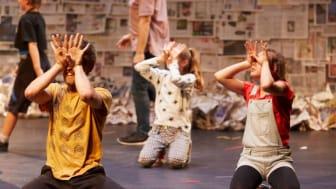 Skånes Dansteater söker tjejer 8-11 år som älskar att dansa till föreställningen Men & Girls Dance i höst