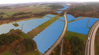 I mars 2020 påbörjas byggandet av solcellsparken som kommer ha en yta om totalt 45 hektar. Bilden är en grafisk visualisering av hur solcellsparken kan komma att se ut, vilket kan skilja sig med den färdiga utformningen.