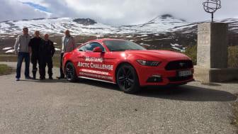 Knut og Henrik satte verdensrekord med sportsbilikonet Ford Mustang. Her ved Polarsirkelen før avreise