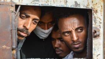 I förvaret i Zintan har tuberkulos brutit ut och vissa flyktingar bär mask för att skydda sig. Bild Jérôme Tubiana/MSF