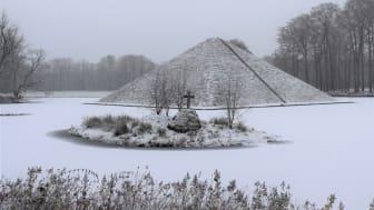 In einer Pyramide begraben liegt Hermann Fürst von Pückler-Muskau in einem See im Branitzer Park. Foto: Stiftung Fürst-Pückler-Museum Park und Schloss Branitz.