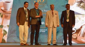 Tekompaniets VD Håkan Kjellström tar emot pris från Merril J Fernando, Dilhan Fernando samt Himendra S. Ranaweera.