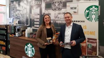 Nu får svenskarna möjlighet att använda Starbucks goda kaffe i hemmet, säger Jonas Holfve som är chef för Nestlé i Sverige här med Tanja Wirholm, produktchef.