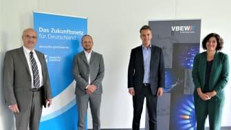 Vereinbarung für schnellen und sicheren Glasfaserausbau in Bayern: Detlef Fischer (VBEW), Florian Mattner (VBEW), Marius Dallmann (Deutsche Glasfaser) und Anja Genetsch (Deutsche Glasfaser) (v. l. n. r.).