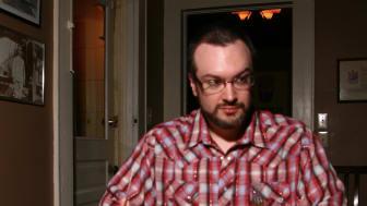 Författaren och journalisten David McRaney leder konversationen med Flat Earth-talespersonen Mark K Sargent