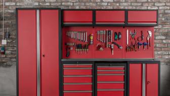 Snygg och praktisk garageinredning på ett kick. Och det för under 12.500 kr! Den rödsvarta inredningen från Verktygsboden består av ett fullstort verktygsskåp av golvmodell, tre överskåp, tre hurtsar, en bänkskiva och en verktygstavla.
