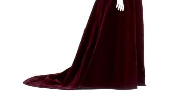 Wilhelmina von Hallwyls klänning i mörkröd sammet och chantillyspets