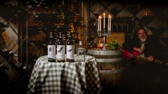 Vinmakare och sommelier Johan Zälle presenterar kvällens viner och hur dessa kombineras med de utvalda toscanska läckerheterna på menyn. Dessutom, bjuds efter middagen, jazz, italiensk schlager och chansons från vinmakaren Zälles eget band, 4 Vintage
