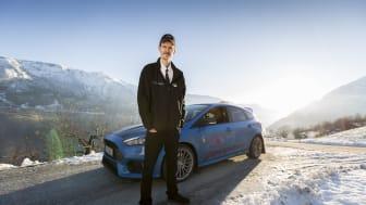 Taxichauffören Evold Jåstad tjänar sitt dagliga bröd i en lysande blå Ford Focus RS.