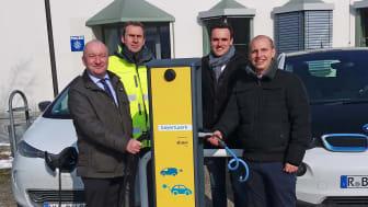 v.l.: Bürgermeister Helmut Sammüller freut sich mit Johann Hammer, Florian Goß und Daniel Pangerl vom Bayernwerk über das neue E-Ladeangebot in Nittendorf.