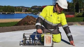 Akustiker Bernt Mikal Larsen har gjort nye funn om trinnlyd på betongsåle. Her med ett av apparatene han har benyttet. Foto: Multiconsult