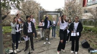 Erik Slottner (KD) sjunger med Ung Omsorg utanför Stockholms Sjukhem den 25 April 2020