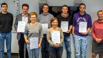 Die erfolgreichen Teilnehmerinnen und Teilnehmer gemeinsam mit Forschungsprofessorin Margit Scholl (r.) und Projektmitarbeiter Peter Ehrlich (l.).