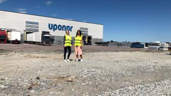 Sandra Jansson, Nordisk logistikchef och Linnea Albertsson, Controller, framför distributionscentralen i Västerås där Uponor bygger ut och kommer samla flera av Uponors svenska verksamheter under ett och samma tak.