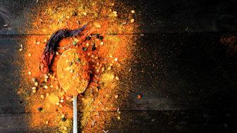 Osa mausteista kaipaa esivalmistelua. Punaiset mausteet, kuten chili, paprika ja curryt, kannattaa kypsentää pannulla tilkassa öljyä, jotta niiden maku tulee esiin. Kuva: Santa Maria