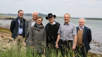 Fra venstre: Jan Roger Moxnes (Subsea 7), Leik Woie, Målfrid Snørteland (direktør Jærmuseet), historieprofessor Torgrim Titlestad,  Sigbjørn Daasvatn (leder Funn i Hafrsfjord) og Ole Bjørn Fausa (styreleder og grunder Samlerhuset)
