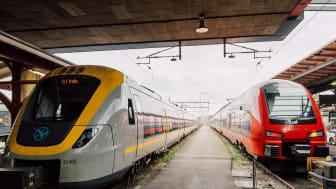 Västtrafiks regiontåg och MTR Express sida vid sida på Göteborgs central. (Foto: Pao Duell)