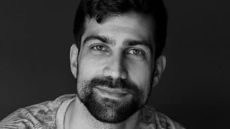 Zeshan Shakar blei tildelt Tarjei Vesaas´ debutantpris for romanen om dei to gutane frå Oslo aust. Foto: Julie Pike/Gyldendal.