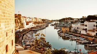 Ciutadella på den vestlige del af Menorca er øens gamle hovedby med cirka 29.000 indbyggere. Byen vrimler med arkæologiske oplevelser og et stort udvalg af gode restauranter og shoppingmuligheder.