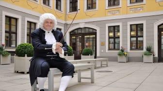 Thomas Zemmrich als Bach im Innenhof des Bachmuseums