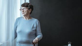 Koronasituasjonen gjør at eldre ser mindre til slekt og venner og føler seg utrygge utenfor eget hjem, viser ny undersøkelse.