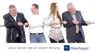 Harry Wijnvoordt, Bürgermeister Sebastian Täger, TV-Topmodel Linda Niewerth und der ehemalige Bürgermeister Alfred Holz zogen an einem (Glasfaser)-Strang - mit Erfolg