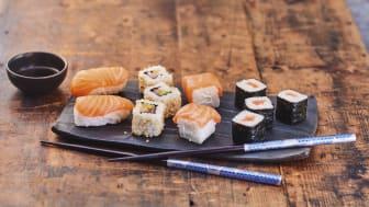 12 sushi med californiarullar, maki och nigiri