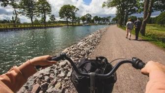 Att cykla längs Göta kanal har varit populärt bland hemestrande besökare i sommar. Foto: Visit Linköping