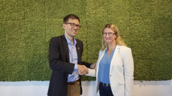 Mattias Goldmann, 2030-sekretariatet, välkomnar nya partnern Christel Grip, Widrikssons Åkeri. Foto: Fores