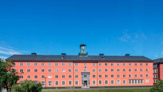I Brf Klockhuset i Beckomberga, Bromma, visar Riksbyggen inflyttningsklara ettor och tvåor.