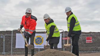 Första spadtaget togs av Ulf Sterner, regionchef Veidekke Bygg Syd, Maria Strandberg, lägenhetsköpare och Kent Andersson, ordförande HSB Malmö.