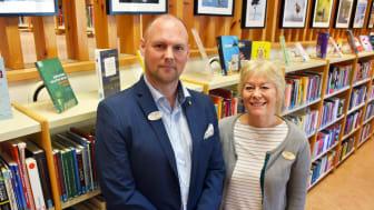 Daniel Skålerud, gymnasiechef, och Hellen Andersson, skolbibliotekarie, gläds åt utmärkelsen.
