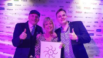 """Joakim Bengtsson, Jeanette Larsson och Gustav Wenning från Scandorama tog emot priset som """"Årets bästa Bussresearrangör"""" på norska Grand Travel Award i Oslo."""