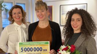 Hélène Carlbark, välgörenhetschef Postkodlotteriet, tillsammans med Louise Frisk och Mays Sylwan från Clowner utan Gränser.JPG