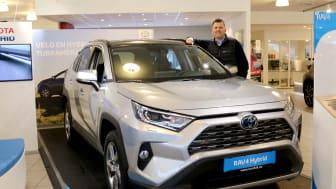 Toyotas hybridbiler er svært ettertraktede i markedet, sier Tor Anders Johansen, salgssjef hos Nordvik Toyota Mosjøen. Foto: Nordvik AS.