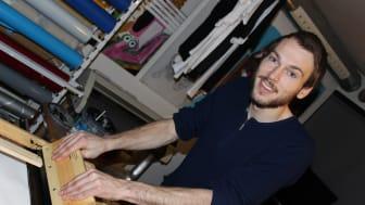 Gustav lager silketrykk i GatekunstAkademiet
