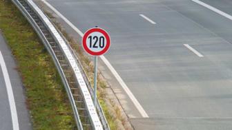 Fast nichts scheint so eindeutig wie Geschwindigkeitsbegrenzungen. Foto: Lupo / pixelio.de