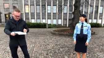 Staffan Jansson (S) kommunstyrelsens ordförande och Sara Ekström, lokalpolisområdeschef Västerås undertecknade Medborgarlöftet 2021 den 18 november utanför stadshuset i Västerås.