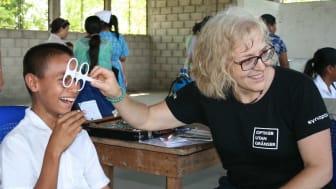 Av dem Optiker utan gränser hjälper är en av fem barn och unga vuxna. Ett par nya glasögon hjälper barn med dålig syn att hänga med i skolan.