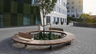 En cirkelformad bänk är centralt placerad på entrétorget och utanför rum för avsked.