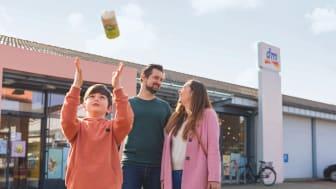 dm überzeugt die Kundinnen und Kunden unter anderem mit Angebotsvielfalt, Eigenmarken, günstigen Dauerpreisen und insbesondere mit den freundlichen Mitarbeitern im Markt – so das Ergebnis des Kundenmonitor Deutschland 2021
