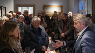 Museumsinspektør Stefanie Høy Brink og borgmester John Schmidt Andersen var blandt talerne, da den nye mini-udstilling 'Forbundet' åbnede på Frederikssund Museum, Færgegården. Foto: Daniel Tarkan Nacak Rasmussen