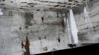 Framsidesbild från rapport 2016-18: Bilden visar undersidan av ett snabbfi lter med omfattande armeringskorrosion och kalkavlagringar. Foto: Mikael Jacobsson
