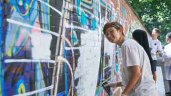 """17 Jugendliche sprayten unter professioneller Anleitung """"SCHÖN, DASS ES DICH GIBT"""" auf eine Mauer in der Münchner Schmellerstraße"""