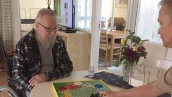 Dan Bergström spelar schack med personalen på avdelningen Lindåsen, gruppboendet Brogården i Sunne. Ett bra tidsfördriv när det är besöksförbud.