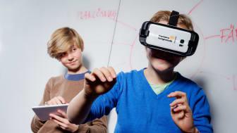 Vid en av stationerna kan eleverna följa en ombyggnation med hjälp av vr-teknik.