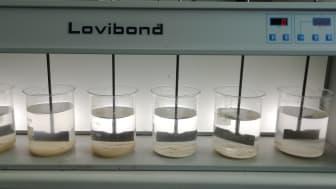 Bægerglasset med mest slam er fældet med uorganisk koagulant, mens den lille slammængde er fældet med blandingskoagulant